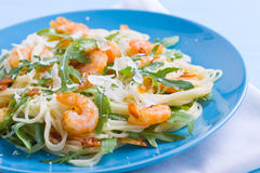 ιταλικές γαρίδες γαρίδων ζυμαρικών fetuccini Στοκ Εικόνες