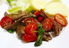 Ιταλικές λουρίδες βόειου κρέατος ύφους με το βασιλικό Στοκ εικόνες με δικαίωμα ελεύθερης χρήσης