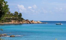 Ιταλική ακτή βράχου παραλιών ακροθαλασσιών της Σαρδηνίας νησιών άποψης τοπίου και δεμένη βάρκα στο sardegna Arbatax Στοκ εικόνα με δικαίωμα ελεύθερης χρήσης