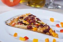 Ιταλική γαστρονομική πίτσα που συνοδεύεται από το κόκκινο κρασί και τα καρυκεύματα Στοκ φωτογραφία με δικαίωμα ελεύθερης χρήσης