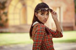 Ιταλική γυναίκα μόδας στον ηλιόλουστο κήπο στοκ φωτογραφία