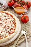 Ιταλική κουζίνα: margherita πιτσών Στοκ εικόνες με δικαίωμα ελεύθερης χρήσης