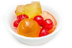 Ιταλική μουστάρδα με τα γλασαρισμένα φρούτα και σιρόπι στο άσπρο κύπελλο στοκ εικόνες
