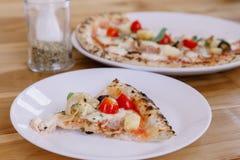 Ιταλική νόστιμη πίτσα στον ξύλινο πίνακα Στοκ Εικόνες