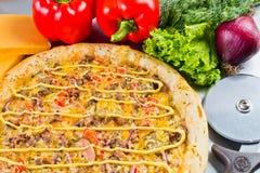 Ιταλική πίτσα με τα μανιτάρια τυριών και τα φρέσκα λαχανικά Στοκ φωτογραφίες με δικαίωμα ελεύθερης χρήσης
