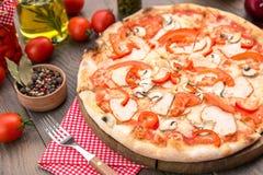 Ιταλική πίτσα με τα μανιτάρια Στοκ Εικόνες