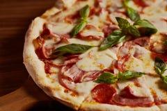 Ιταλική πίτσα με το αναγνωριστικό σήμα Στοκ εικόνες με δικαίωμα ελεύθερης χρήσης
