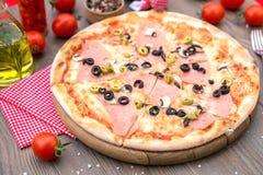 Ιταλική πίτσα με το ζαμπόν και τις ελιές Στοκ εικόνες με δικαίωμα ελεύθερης χρήσης