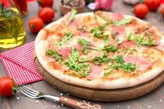 Ιταλική πίτσα με το ζαμπόν και το arugula Στοκ Φωτογραφίες