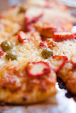 Ιταλική πίτσα με το κοτόπουλο, τις ελιές και το τυρί τυριού Cheddar Στοκ Εικόνες