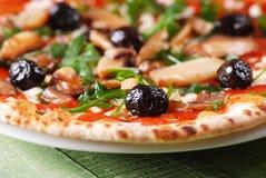 Ιταλική πίτσα με το arugula και τα μανιτάρια Στοκ φωτογραφίες με δικαίωμα ελεύθερης χρήσης