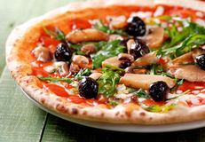 Ιταλική πίτσα με το arugula και τα μανιτάρια Στοκ Φωτογραφίες