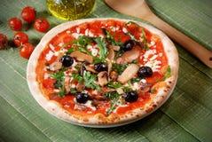 Ιταλική πίτσα με το arugula και τα μανιτάρια Στοκ Εικόνα