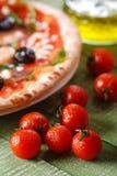 Ιταλική πίτσα με το arugula και τα μανιτάρια Στοκ εικόνα με δικαίωμα ελεύθερης χρήσης