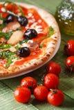 Ιταλική πίτσα με το arugula και τα μανιτάρια Στοκ φωτογραφία με δικαίωμα ελεύθερης χρήσης