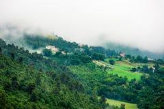 Ιταλική πόλη βουνοπλαγιών στην υδρονέφωση πρωινού Στοκ Εικόνα