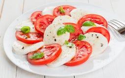Ιταλική σαλάτα Caprese με την ντομάτα και τη μοτσαρέλα Στοκ εικόνα με δικαίωμα ελεύθερης χρήσης