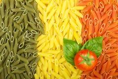 Ιταλική σημαία ζυμαρικών με την ντομάτα και το βασιλικό Στοκ Φωτογραφία