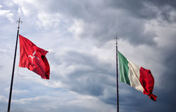 Ιταλική σημαία και σημαία της Τεργέστης Στοκ Φωτογραφίες
