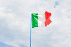 Ιταλική σημαία στο νεφελώδη ουρανό Στοκ φωτογραφίες με δικαίωμα ελεύθερης χρήσης