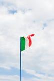 Ιταλική σημαία στο νεφελώδη ουρανό Στοκ εικόνες με δικαίωμα ελεύθερης χρήσης