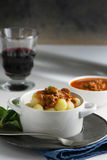 Ιταλική συνταγή: το gnocchi πατατών έκανε στο σπίτι με τη σάλτσα ντοματών Β Στοκ φωτογραφία με δικαίωμα ελεύθερης χρήσης
