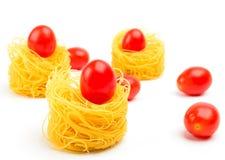Ιταλική φωλιά ζυμαρικών αυγών τρία στο άσπρο υπόβαθρο Στοκ φωτογραφία με δικαίωμα ελεύθερης χρήσης