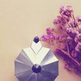 Ιταλικοί κατασκευαστής καφέ και λουλούδι με το αναδρομικό φίλτρο στοκ εικόνα με δικαίωμα ελεύθερης χρήσης