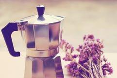 Ιταλικοί κατασκευαστής καφέ και λουλούδι με το αναδρομικό φίλτρο στοκ φωτογραφία με δικαίωμα ελεύθερης χρήσης