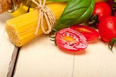 Ιταλικοί ντομάτα και βασιλικός ζυμαρικών μακαρονιών Στοκ φωτογραφία με δικαίωμα ελεύθερης χρήσης