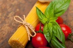 Ιταλικοί ντομάτα και βασιλικός ζυμαρικών μακαρονιών Στοκ Εικόνες