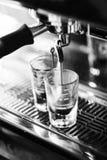 Ιταλικός καφές expresso espresso που κάνει την προετοιμασία με τη μηχανή Στοκ Φωτογραφία