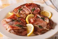 Ιταλικό βόειο κρέας Saltimbocca με την κινηματογράφηση σε πρώτο πλάνο φασκομηλιάς, ζαμπόν και λεμονιών Hori Στοκ εικόνες με δικαίωμα ελεύθερης χρήσης