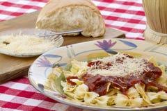 Ιταλικό γεύμα ζυμαρικών που εξυπηρετείται με το κρασί και το ψωμί Στοκ εικόνες με δικαίωμα ελεύθερης χρήσης
