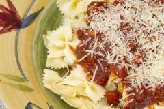 Ιταλικό γεύμα ζυμαρικών που εξυπηρετείται με το κρασί και το ψωμί Στοκ Φωτογραφία