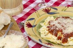Ιταλικό γεύμα ζυμαρικών που εξυπηρετείται με το κρασί και το ψωμί Στοκ εικόνα με δικαίωμα ελεύθερης χρήσης
