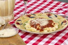 Ιταλικό γεύμα ζυμαρικών που εξυπηρετείται με το κρασί και το ψωμί Στοκ φωτογραφία με δικαίωμα ελεύθερης χρήσης