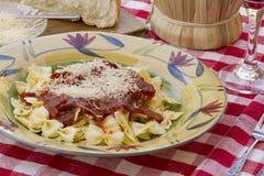 Ιταλικό γεύμα ζυμαρικών που εξυπηρετείται με το κρασί και το ψωμί Στοκ Φωτογραφίες