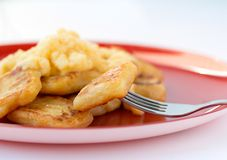 Ιταλικό εύγευστο gnocchi στο κόκκινο πιάτο Στοκ φωτογραφίες με δικαίωμα ελεύθερης χρήσης