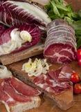 Ιταλικό ζαμπόν, Tuscan ψωμί και ραδίκια Στοκ φωτογραφία με δικαίωμα ελεύθερης χρήσης