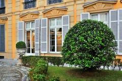 Ιταλικό δικαστήριο με έναν στρογγυλό θάμνο Στοκ φωτογραφία με δικαίωμα ελεύθερης χρήσης