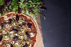 Ιταλικό μίγμα σαλάτας πιτσών και άνοιξη με το arugula στο σκοτεινό ξύλινο υπόβαθρο Υπερυψωμένη άποψη, διάστημα αντιγράφων Στοκ Εικόνες