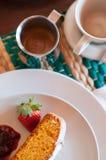 Ιταλικό πρόγευμα με το κέικ και τα φρούτα Στοκ φωτογραφία με δικαίωμα ελεύθερης χρήσης