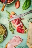 Ιταλικό σάντουιτς με το ζαμπόν, το θεραπευμένα κρέας και το pesto, τοπ άποψη Στοκ εικόνα με δικαίωμα ελεύθερης χρήσης