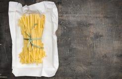 Ιταλικό σπιτικό fettuccine νουντλς στη συσκευασία Στοκ Φωτογραφίες
