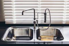 Ιταλικό σύγχρονο πρότυπο σπίτι: Διπλός νεροχύτης κουζινών αλουμινίου Στοκ Φωτογραφία
