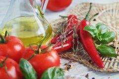 Ιταλικό υπόβαθρο τροφίμων με τις ντομάτες, βασιλικός, ελαιόλαδο, pepperc Στοκ Εικόνες