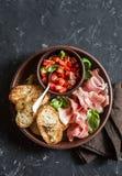 Ιταλικό antipasto - bruschetta και prosciutto ντοματών Εύγευστο πρόχειρο φαγητό ή ορεκτικό για το κρασί Στοκ Φωτογραφία