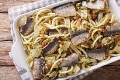 Ιταλικό bucatini ζυμαρικών με τις σαρδέλλες, το μάραθο, τις σταφίδες και το πεύκο ν Στοκ Εικόνα