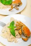Ιταλικό gnocchi με τη σάλτσα θαλασσινών με το καβούρι και το βασιλικό Στοκ Εικόνες
